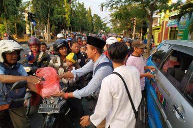 SD Plus Rahmat Kediri Berbagi Takjil on the Road